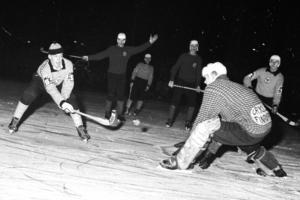 En ung Leif Wasberg i aktion – med toppluva på huvudet – i en elljusmatch mot Grycksbo 1963.
