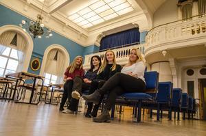 Wilma Danielsson, Neda Zandieh, Stina Kotilainen och Emma Hermansson utbildar skolelever själva – något de gärna hade haft mer av själva i grundskolan.