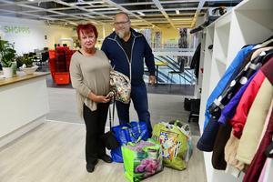Ulla och Pelle Wennerlöf har flyttat från Stockholm till Gävle och behöver göra sig av med lite grejer, framför allt kläder.