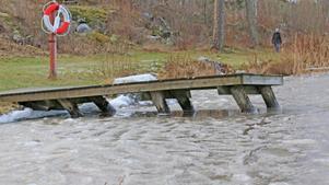 Hjälmarbaden i januari. Inom loppet av en månad förändrades sjön, från att ha ett ovanligt lågt vattenstånd till att i början av december ha normal nivå. Nu är vattenytan till och med en bra bit över det normala.