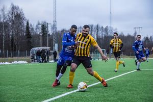 Omar Mohamud Mohamed gjorde ett piggt intryck i matchen. Här i en duell om bollen i den andra halvleken.