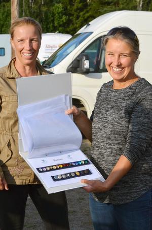 Idén bakom ridkavajerna som Karin och Lisa Persson är generalagent för, är att man själv kan designa dem som man vill. Till exempel får man välja knappar och dekorationsband.