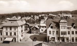 Den här bilden från ÖP:s arkiv har inget datum sig tillgivet men vi gissar på 1940-tal med tanke på bilmodellen. Till vänster skoaffären Oscaria i huset som ursprungligen var hotell. Till höger Ol-Persgården där bland annat Sparbanken höll till vid den här tiden.