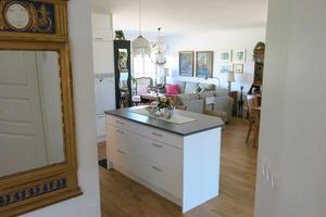 Seniorvillan har en öppen planlösning med kök och vardagsrum. I parets villa på Skälby var utrymmet dubbelt så stort.
