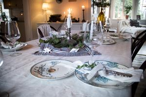 Bordet står vackert dukat till jul.