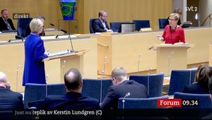 Skärmdump från SVT:s sändning av riksdagsdebatten. Här replikväxling mellan Kerstin Lundgren (C) i rött och Margot Wallström (S) i blått.