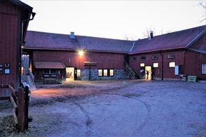 Förhoppningen är att Vigelsjö ridskola ska flytta ut till Björnö och bli en större ridsportanläggning. Leila Bull och Erika Örling hoppas på att det inte ska dröja alltför länge till dess.