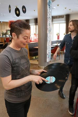 Det är framför allt Cissi Elfving som står för Klubb Monos grafiska form, medan Niclas och Mikael har rötterna i eget musicerande och olika musikarrangemang.