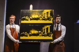 """Såhär såg det ut 2014 när Andy Warhols målning """"The last supper"""" auktionerades ut för 61 miljoner kronor på Bukowskis i Stockholm. Foto: Per Larsson / TT"""