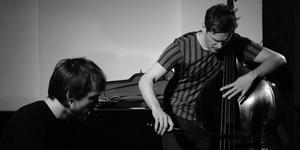 Vilhelm Bromander till höger släpper en ny skiva tillsammans med gitarristen Fredrik Rasten till vänster i bild. Foto: Pressbild