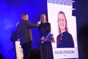 """Så här såg det ut förra året när Cajsa Persson fick priset """"Årets Idrottsprestation. Eftersom Cajsa var upptagen av golfspel i utlandet togs priset emot av systern Lisa Persson. Här på scenen med Jnytts Peter Gustafsson och Donald Sandström."""