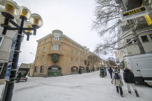 På Prästgatan 46 finns nu andra affärer och bostäder i det hus som byggdes efter rivningen.