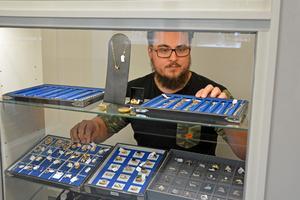 Smycken som inte hämtas ut kan säljas på autktion, blir det ett överskott kan tidigare ägaren hämta ut det. Enligt Mikael Bylund är det mest guld som pantsätts.