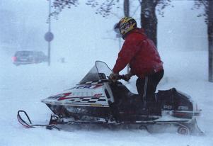 Den här bilden är tagen tidigt på söndagen. Skoteråkarna var ute snabbt på vägarna och många av dem hjälpte till att skjutsa folk till sina arbeten.