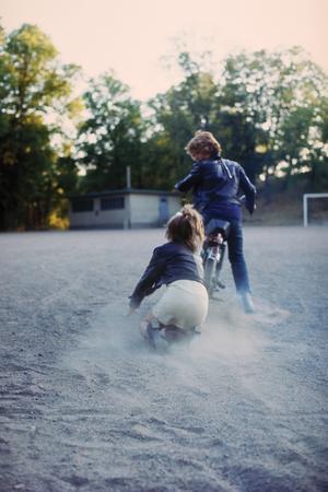 En kärlekshistoria fylld av dramatik. Annika (Ann-Sofie Kylin) kastar sig efter Pär (Rolf Sohlman) när han sviken och kränkt kör iväg på sin moped. Foto: Studio 24
