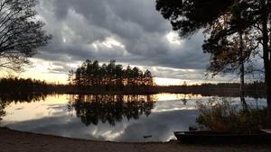 Juni. Även denna månad kom det in en vacker bild på en solnedgång, denna gång vid Öjesjöbrännan. Med sitt djup och sin dramatik knep den förstaplatsen. Foto: Emma Ählström