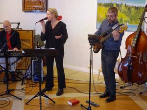 Ewa Bylin har en underbar jazzröst som hon använder då hon sjunger på svenska Monica Z och på engelska från jazzens hemland USA.