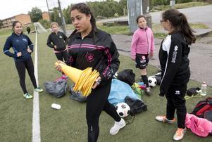 Bilden togs 2016 under den fotbollsskola för tjejer där Albera Jene var en av tränarna.