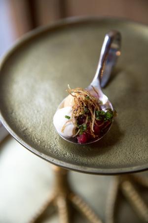 I Kötthimlen serveras carpaccio på kokött på en liten sked som aptitretare.