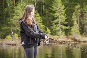 Lina Axelsson har kommit från Örebro till Stora Abborrtjärn för att prova fiskelyckan.