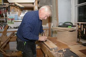 Mats får aldrig nog av att hålla på i sin verkstad. Han jobbar med olika träslag och hans favorit är ask. Till mobillådorna använder han just nu ek.