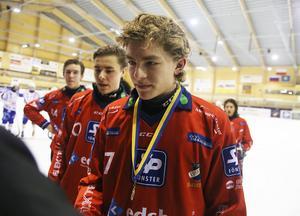 Hannes Kanbjer tar emot cupmedaljen efter två mål i P20-finalen mot Villa Lidköping.