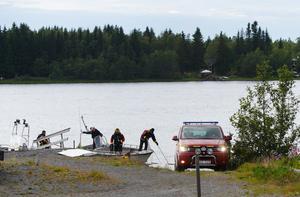 Det var ett mindre flygplan med fallskärmshoppare som störtade ned på en ö i Umeälven kort efter start och ingen av personerna ombord överlevde. Foto: Samuel Pettersson/TT.
