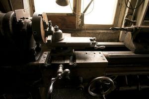 Tore Nilsson, välkänd smed i Glimsta, Hög, köpte på 50-talet maskinerna som stod i bröderna Westmans verkstad. Den här svarven används fortfarande.