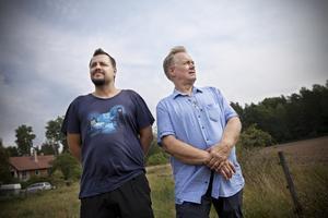 I LUKT OCH DAMM. Müfit Kiper och Torsten Lundberg har fått en semestervecka förstörd av avloppslukt från rötslammet.
