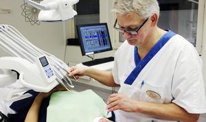 Tandläkare Håkan Flink, verksamhetschef vid folktandvården i Sala, har varit med och tagit fram en rapport om tandhälsan i Västmanland. Siffrorna visar på att allt fler avstår tandvård av ekonomiska skäl.