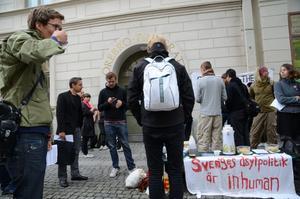 Gustav Ledstam längst till vänster. Mannen med mobiltelefonen är den åtalade Tomas Lundström och bredvid honom står NA:s reporter Mattias Frödén.