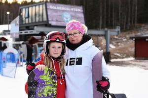 Lone Mortensen, 12 år och Tine Mortensen åker båda snowboard.