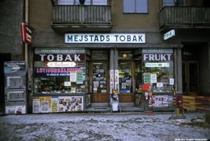 Mejstads tobak och frukt, Skolgatan, 1984. Fotograf: Okänd (Bildkälla: Örebro stadsarkiv)
