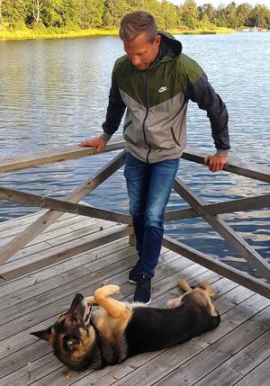 Nu väntar livet som speedwaypensionär för Andreas Jonsson. Med familj, vänner och hundarna Boris (bilden) och Alfons.