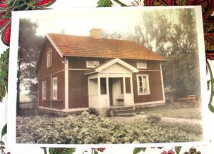 Huset byggdes med verandan öppen rakt fram. Bergenian i rabatten finns kvar.