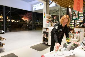 """Jennie Effler berättar att Life-butiken fått betydligt fler besökare efter att foodcourten, i bakgrunden, öppnade. """"Barnfamiljer försvann när H&M stängde, men nu är de tillbaka igen. Det är ett riktigt uppsving. Vi har betydligt fler kunder och vi har ökat försäljningen"""", säger hon."""