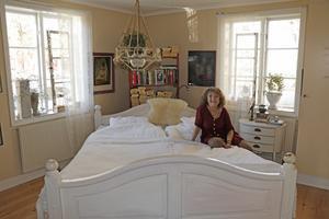 Placeringen av sängen är genial. Rummet känns luftigt och ljust.