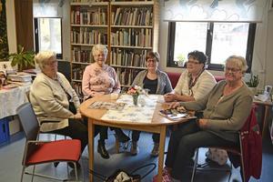 Kerstin Busk, Alva Nilsson, Inga-Lill Mårtensson, Monica Påle och Berit Runmon var fem av dagens femtio besökare på biblioteket i Lillhärdal.