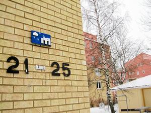Mimer sålde hyreshus på bland annat Axel Oxenstiernas gata på Bäckby. Skribenten är missnöjd med nya ägaren Hembla.