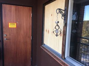 Lägenheten har spärrats av efter att en kvinna hittats död.