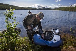 Jon Steringer från Hudiksvall har kommit i land efter några timmars fiske.