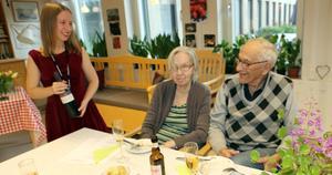 Lennart Jonasson hälsade på hustrun Ruth och var med på festligheterna när de bjöds på smörgåstårta. Vi har hört mycket gott om hur trevligt de haft det på alla aktiviteter i sommar, sa Lennart.