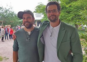Stiko Per, till vänster, sjöng även förra sommaren på Udden. Här tillsammans med allsångledaren Pierre Mörck. Foto: Privat.