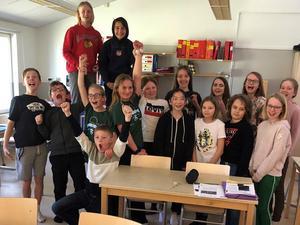 Klass 5 på Lerdala skola firar vinsten i kvartsfinalen, där de vann mot Stenhammarskolan klass 5 från Lidköping. Foto: P4 Skaraborg Sveriges radio