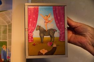Cirkusprinsessan har en tillbedjare? Marion Belins figurer är runda och goa. Marion föredrar att måla i akryl.