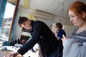 Philip Falegård spanar efter skjortor.
