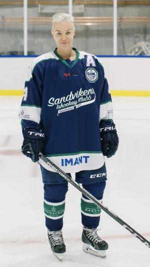 Josefine Ahlin avslutade karriären i Sandvikens IK i division 1 där hon under fem säsonger gjorde 40 (12+28) poäng på 69 matcher från sin backplats. Foto: Linda Dahlqvist