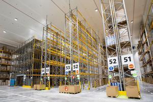Takhöjden i lagret är 18,5 meter. Därmed får man plats med upp till 36 200 lastpallar med gods.