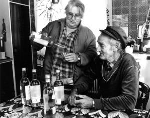 Kurt Olsson kokade kranvattnet och fyllde flaskor att ha i kylskåpet. Sonja Andersson fick provsmaka.