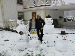 Under en dag med kramsnö blev det ett ivrigt tillverkande av snögubbar för både Alena Hardinge och John Häll ute i trädgården. Foto: Privat